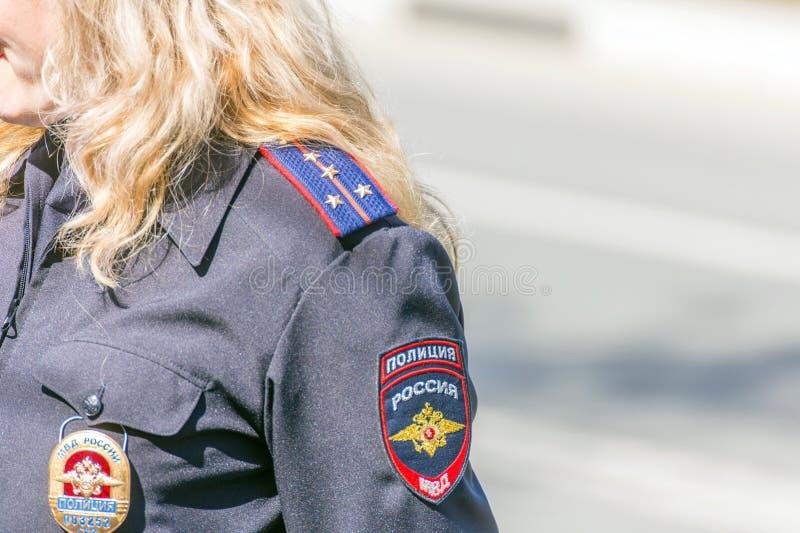 Samara, Maj, 2018: blond żeński kapitan policji ogląda regułę prawną obrazy stock