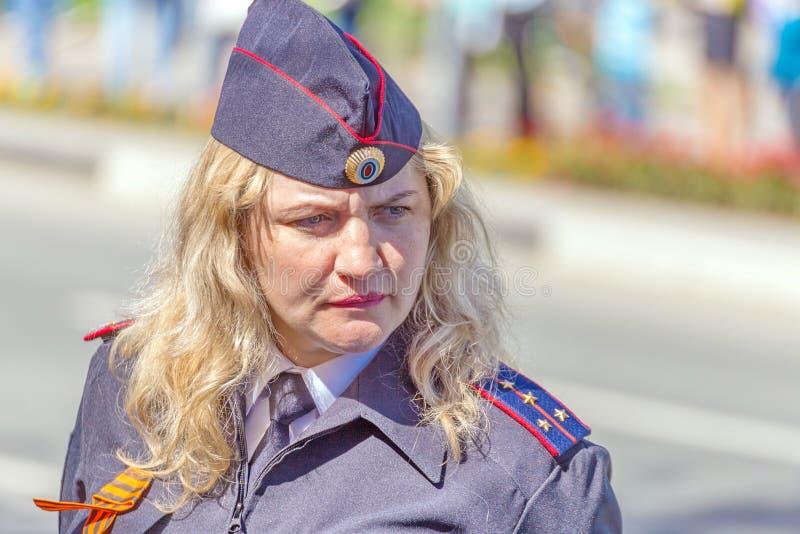 Samara, Maj, 2018: blond żeński kapitan policji ogląda regułę prawną obraz royalty free