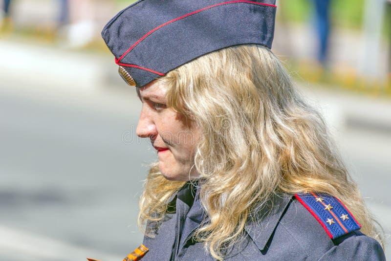 Samara, Maj, 2018: blond żeński kapitan policji ogląda regułę prawną fotografia stock