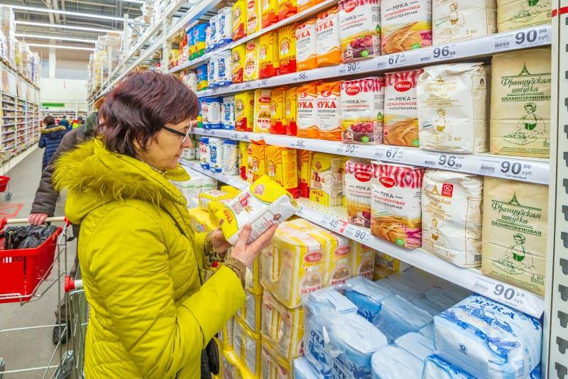 Samara March 2019: as mulheres maduras bonitas escolhem a farinha em um supermercado foto de stock