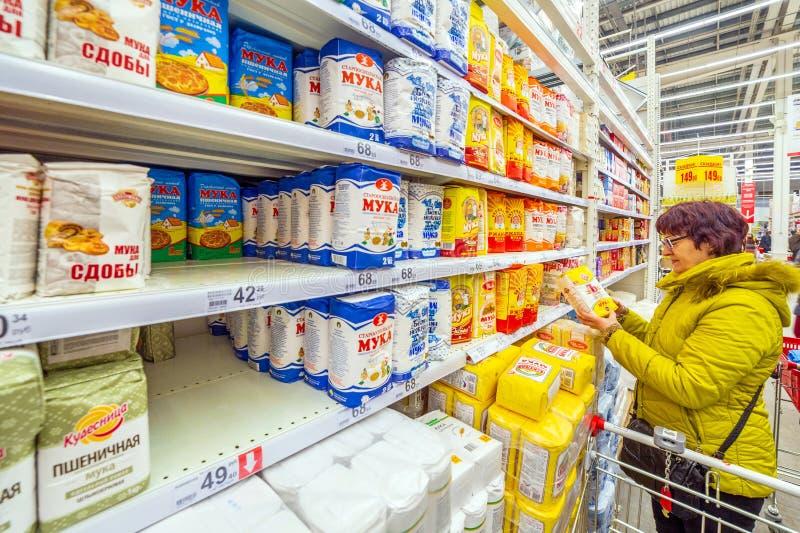 Samara March 2019: schöne reife Frauen wählen Mehl in einem Supermarkt lizenzfreie stockfotos