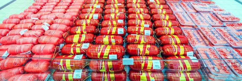 Samara March 2019: worsten op de teller in de supermarkt stock afbeeldingen