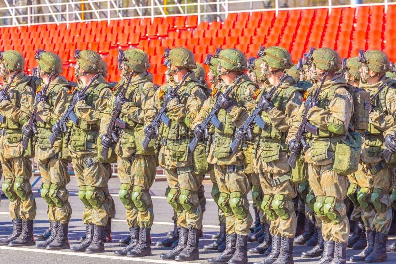 Samara May 2018: Militairen met automatische wapens De zonnige dag van de lente stock foto