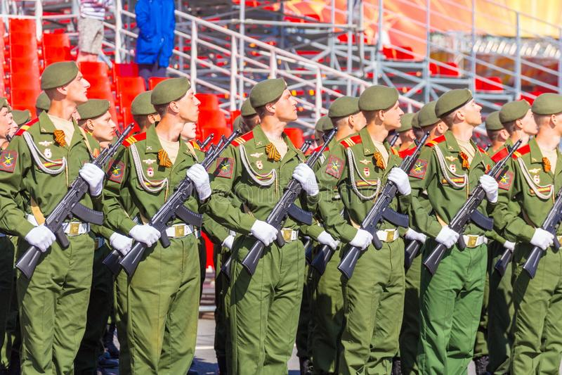 Samara May 2018: Militairen met automatische wapens De zonnige dag van de lente stock afbeelding