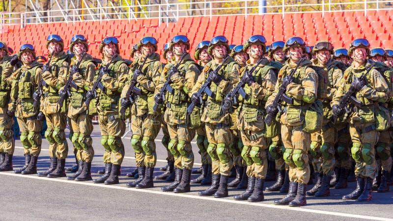 Samara May 2018: Militairen met automatische wapens De zonnige dag van de lente royalty-vrije stock afbeeldingen