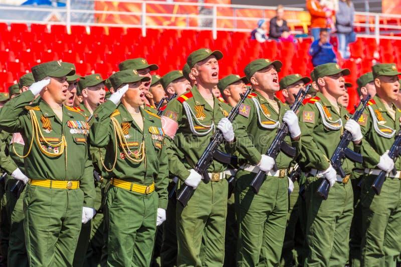 Samara May 2018: Militairen met automatische wapens De zonnige dag van de lente royalty-vrije stock afbeelding