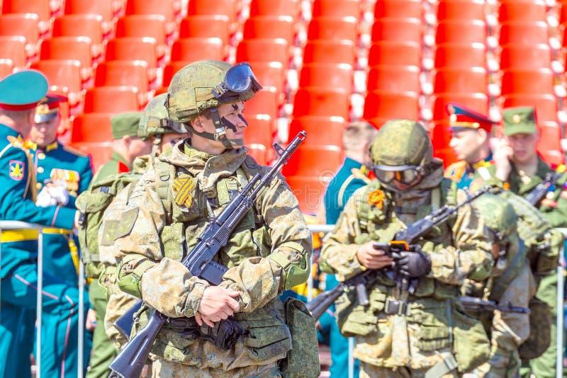 Samara May 2018: Militairen met automatische wapens De zonnige dag van de lente royalty-vrije stock foto's