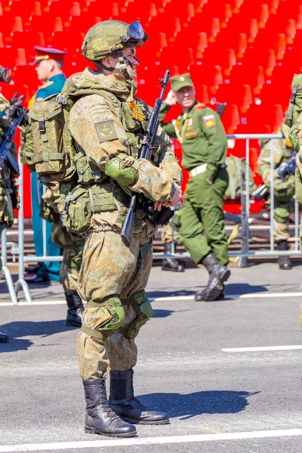 Samara May 2018: Militairen met automatische wapens De zonnige dag van de lente stock foto's
