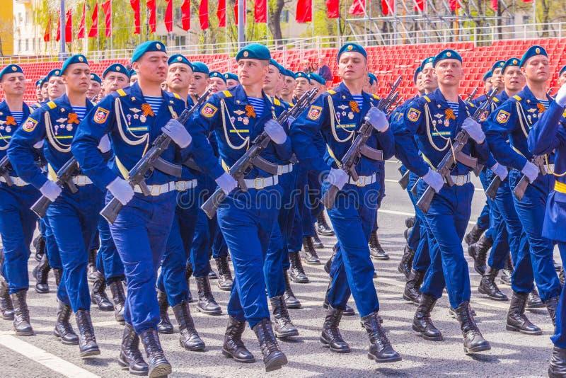 Samara May 2018: Militairen met automatische wapens De zonnige dag van de lente stock afbeeldingen