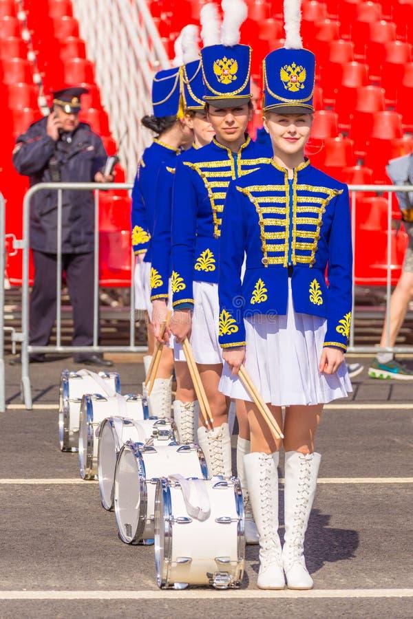 Samara, Mei 2018: mooie jonge slagwerkers in de vorm van huzaren bij de overwinningsparade royalty-vrije stock fotografie