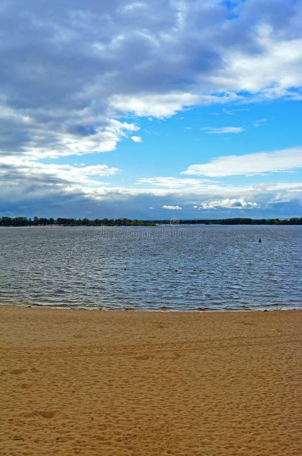 Samara, miasto plaża na brzeg Volga rzeka przy chmurnym jesień dniem obrazy stock