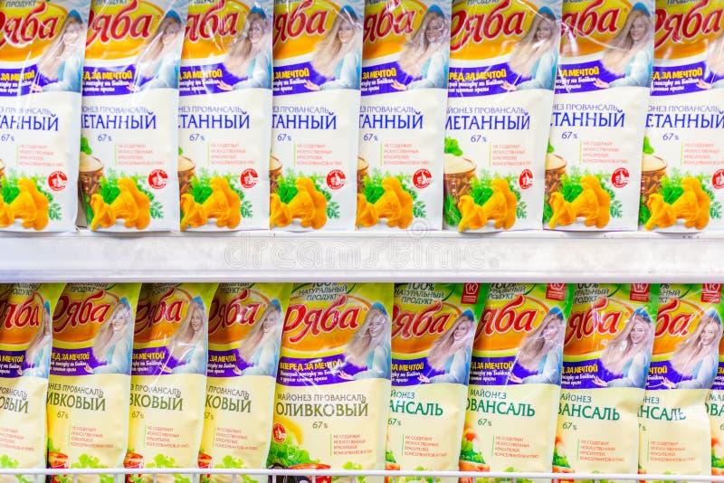 Samara, novembre 2018 : une grande sélection de mayonnaise différente dans le supermarché Texte dans le Russe : Makheev, Sloboda, photographie stock libre de droits
