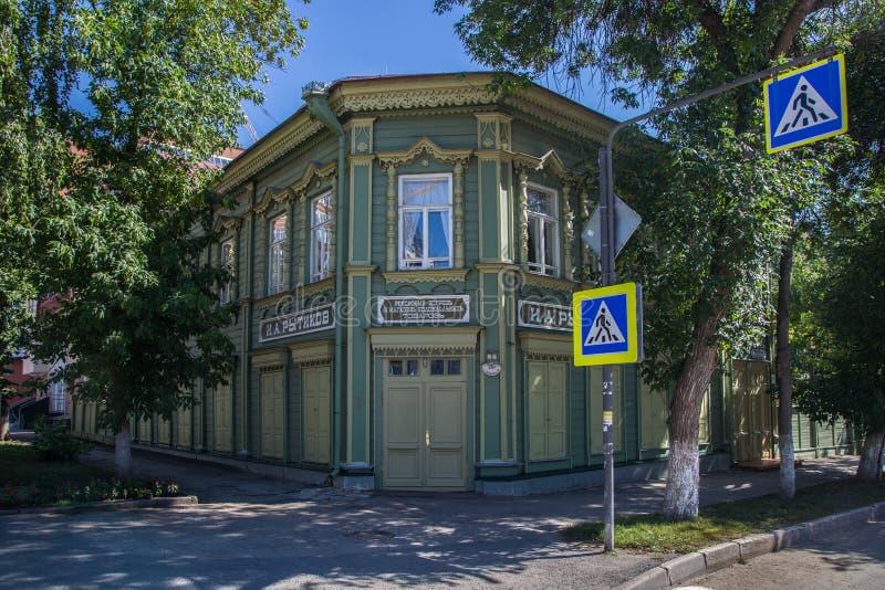 Samara, Rússia - 5 de agosto de 2016: Mansão de madeira restaurada com as janelas cinzeladas sob o programa do UNESCO foto de stock royalty free