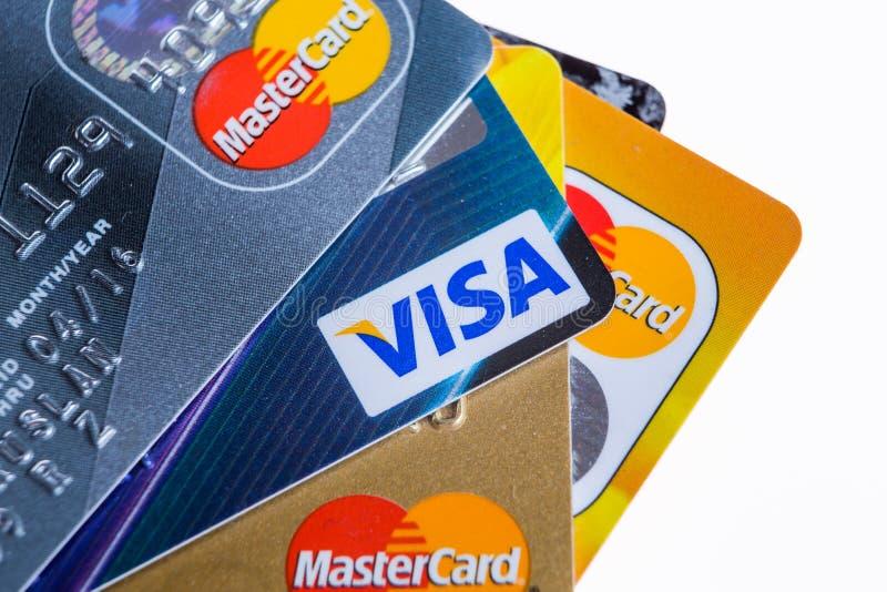 Samara, Rússia 3 de fevereiro de 2015: O estúdio do close up disparou dos cartões de crédito emitidos pelos três tipos principais imagem de stock