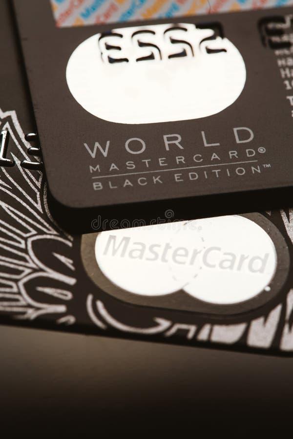 Samara, Rússia 25 de julho 2016: Cartão de crédito do privilégio da edição do preto de MasterCard do mundo imagem de stock royalty free