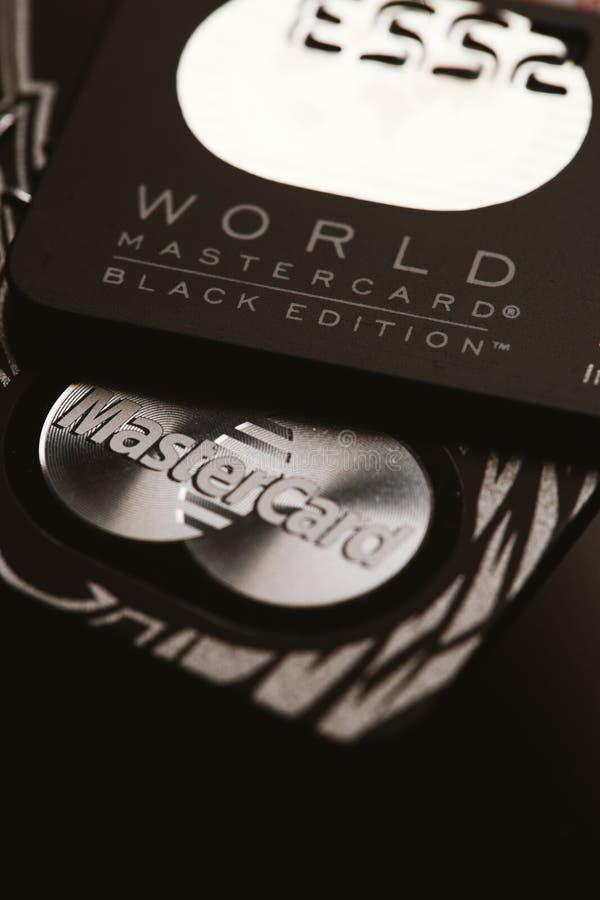 Samara, Rússia 25 de julho 2016: Cartão de crédito do privilégio da edição do preto de MasterCard do mundo imagens de stock