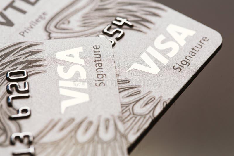 Samara, Rússia 25 de julho 2016: Close-up do cartão de crédito da assinatura do visto imagem de stock