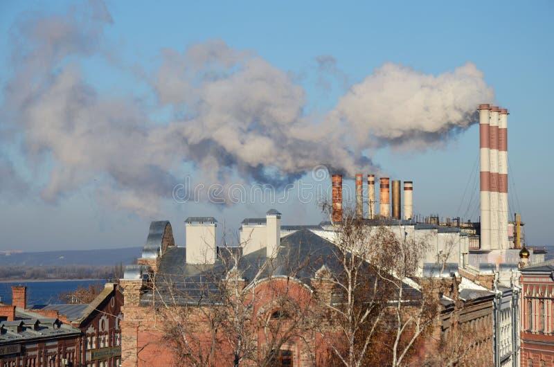 Samara, Rússia - novembro, 20 2016: Tubulações de Samara Thermal Power Plant - central elétrica anterior do distrito do estado foto de stock