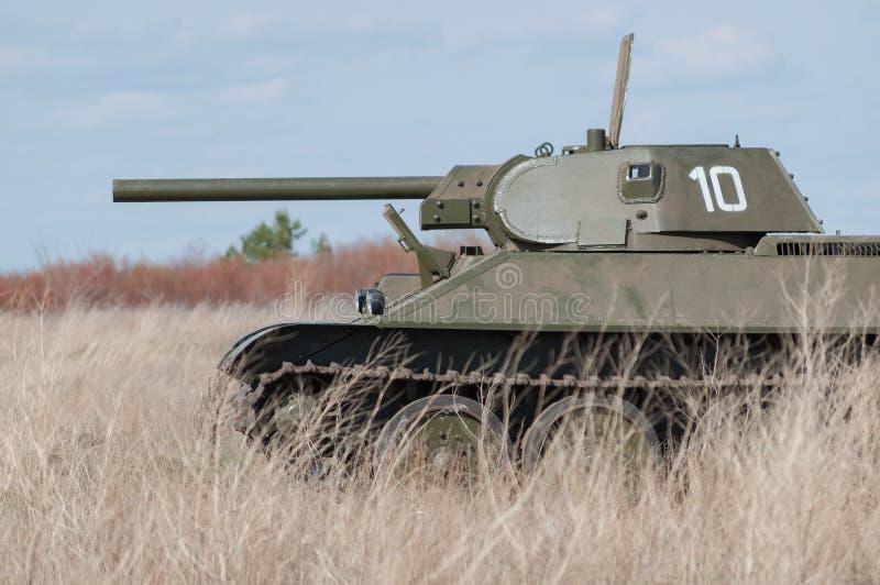 2018-04-30 Samara Region, Rússia Modelo soviético T-34 do tanque No campo de batalha Reconstrução das hostilidades em abril de 19 imagens de stock