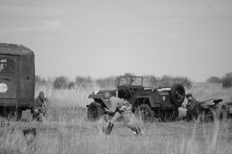 2018-04-30 Samara Region, Russie Les soldats soviétiques combattent les troupes allemandes Reconstruction des hostilités images stock