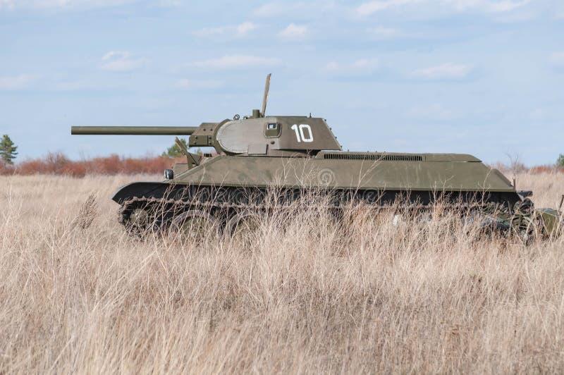 2018-04-30 Samara Region, Russie Modèle soviétique T-34-76 de réservoir Sur le champ de bataille Reconstruction des hostilités en images libres de droits