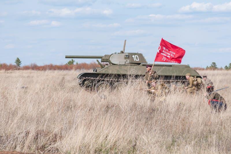 2018-04-30 Samara Region, Russie Un commandant avec une bannière mène dans la bataille des soldats soviétiques Reconstruction de  image libre de droits