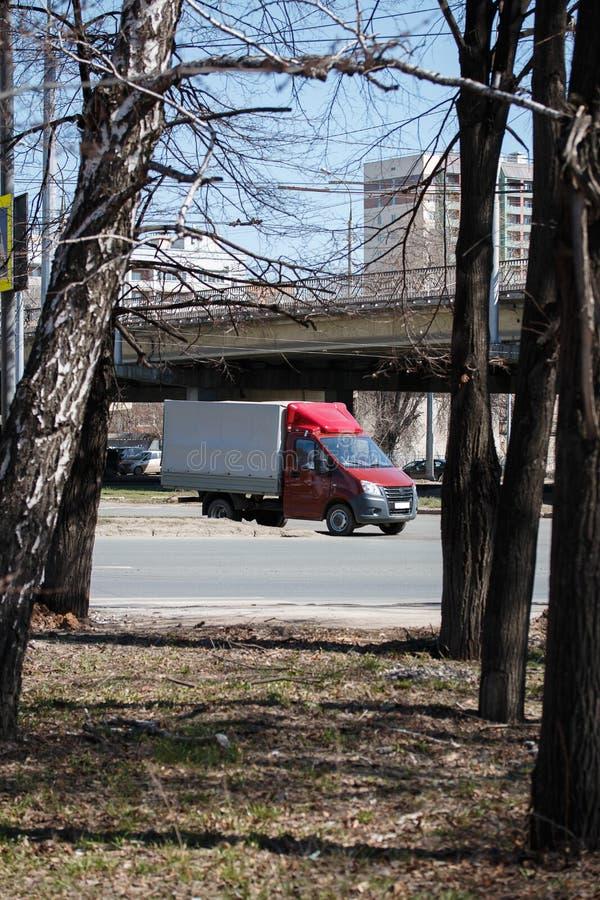 samara Rosiya - Апрель 18 2019: автомобиль двигает вдоль шоссе фабрики в потоке автомобилей на кольце с улицей Kirov стоковые фотографии rf