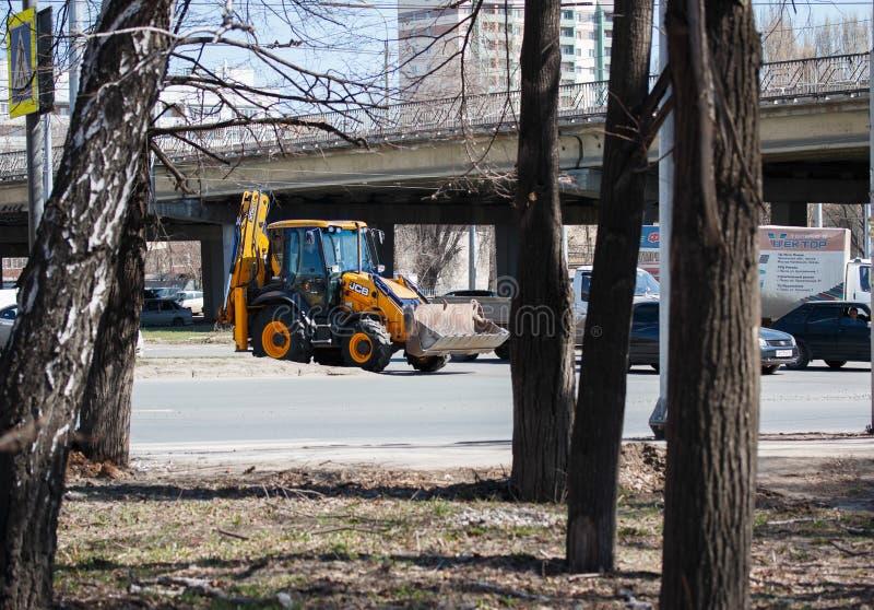 samara Rosiya - Апрель 18 2019: трактор двигает на шоссе фабрики в движении, на улице кольца Kirov стоковая фотография rf