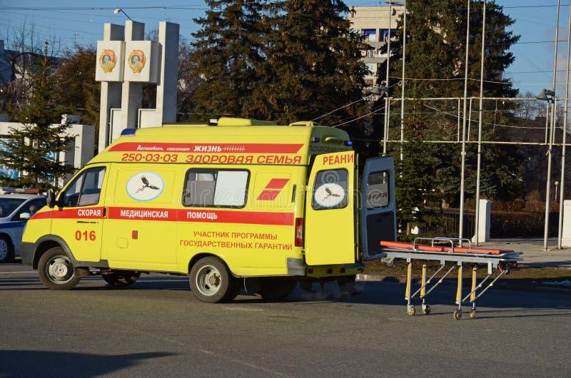 Samara Rosja, Nov, -, 20 2016: Karetka na ministerstwie sytuacj awaryjnych demonstracje na głównym miasto kwadracie obrazy royalty free