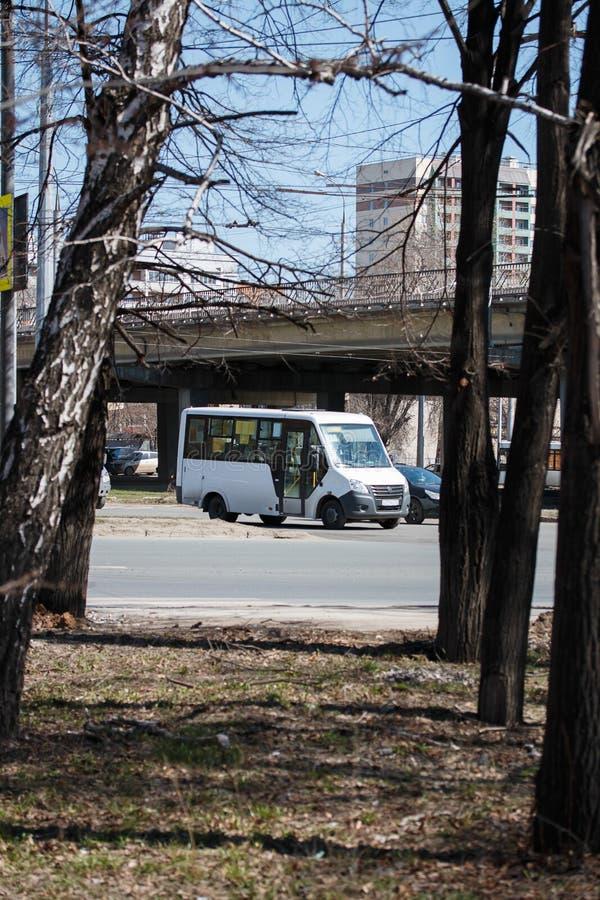 samara Rossya - Апрель 18 2019: автомобиль двигает дальше шоссе фабрики в подаче автомобилей вокруг кольца с str Kirova стоковое изображение rf