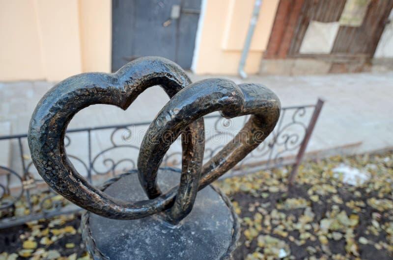 Samara, Ru - nov, 20 2016: Corazones de la escultura dos en Samara imagen de archivo