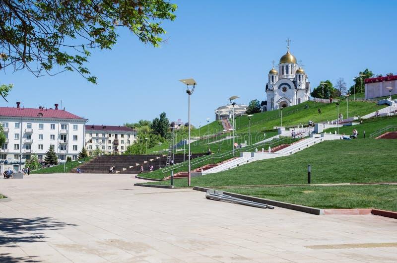SAMARA, RUSIA Avenida de Volzhsky, delante de Glory Square Templo del gran mártir George el victorioso imagen de archivo