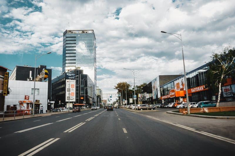 Samara, Rusia - 7 de agosto de 2016: Una de calles principales en ciudad del Samara con las casas y centros comerciales y alameda foto de archivo libre de regalías