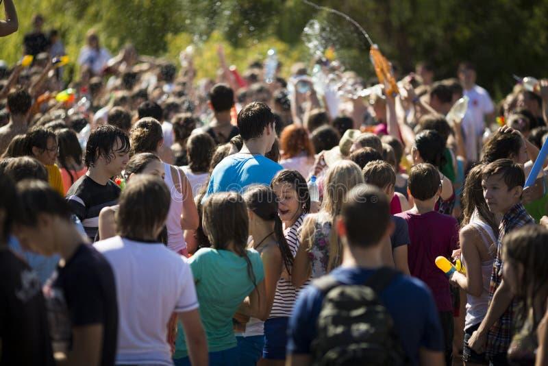SAMARA, RUSIA 22 DE JULIO: agua que tira y que lanza de la gente joven foto de archivo libre de regalías