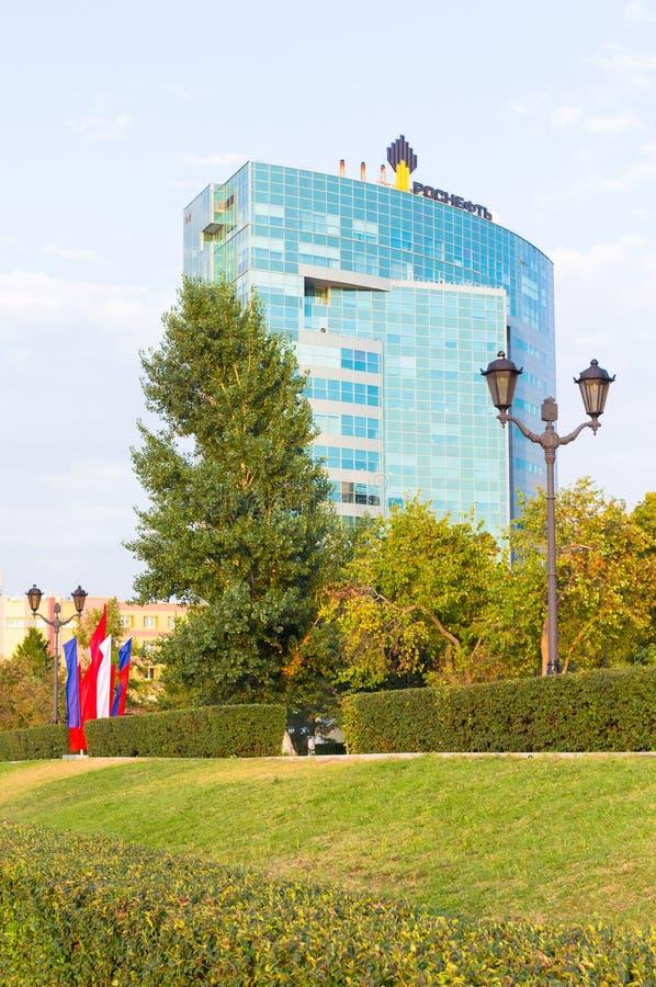 Samara, Rusia - de sept. el 11 de 2017: Vista del edificio de oficinas del OJSC Samaraneftegaz - unidad de compañía petrolera rus imagen de archivo libre de regalías