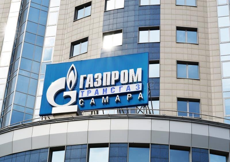 SAMARA, RUSIA - 5 de septiembre de 2015: El edificio de oficinas de la compañía petrolera rusa Gazprom integró a la mayoría de la imagen de archivo