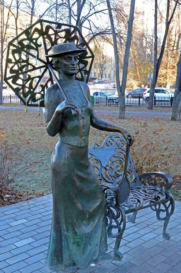 Samara, Rusia - nov, 20 2016: La señora escultural de la composición con una estafa imagen de archivo