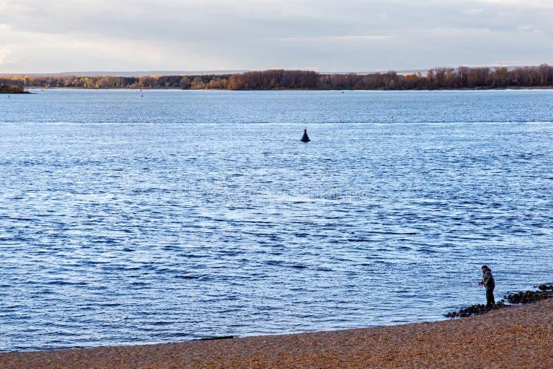 SAMARA, RUSLAND - OKTOBER 12, 2016: Een eenzame visser op de bank van de Volga rivier dichtbij Samara stock afbeelding