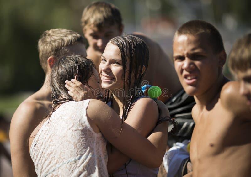 SAMARA, RUSSIA-JULY 22: młodzi ludzie strzela wodę i rzuca zdjęcia stock