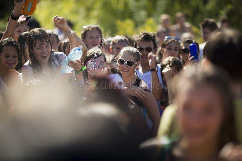 SAMARA, RUSSIA-JULY 22: młodzi ludzie strzela wodę i rzuca fotografia royalty free