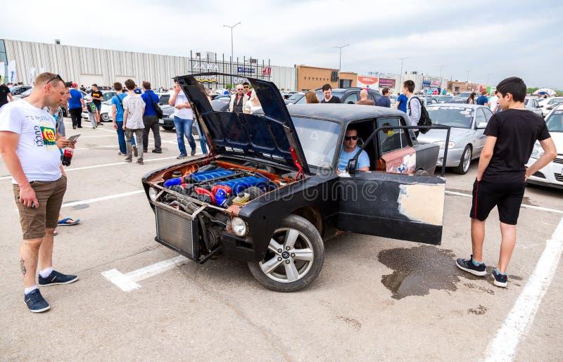 Тюнингованный турбомотор автомобиля BMW в Ладе. Самара, Россия-19 мая 2018 года: тюнингованный турбированный двигатель автомобиля BMW в Ладе, под капотом автомобиля стоковое фото