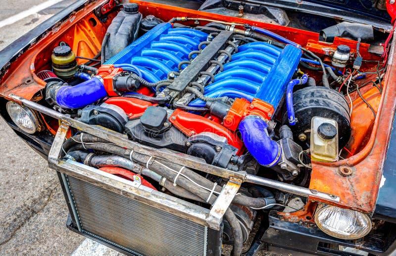 Тюнингованный турбомотор автомобиля BMW в Жигулях. Самара, Россия-19 мая 2018: тюнингованный турбомотор BMW в Lada, под капотом автомобиля стоковое изображение без роялти