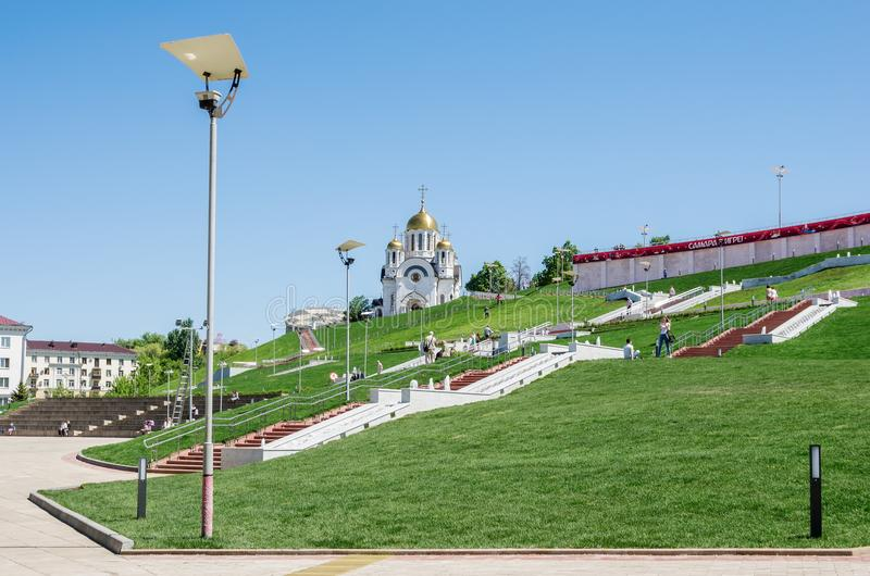 SAMARA, RUSSIA Viale di Volžskij, davanti a Glory Square Chiesa del `s della st George immagine stock