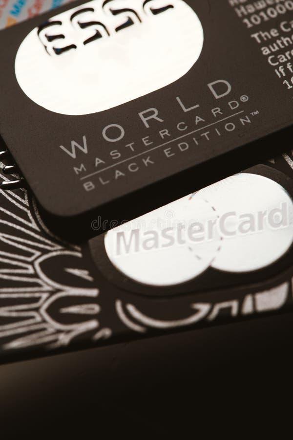 Samara, Russie 25 juillet 2016 : Carte de crédit de privilège d'édition de noir de MasterCard du monde images stock