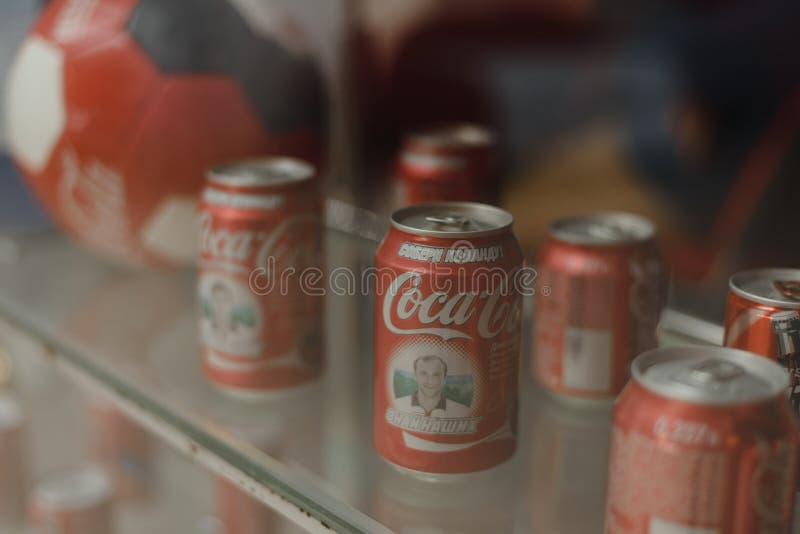 Samara Russland 04 30 2019: Metalldosen Coca Cola hinter dem Fenster Coca- Colamuseum stockbild