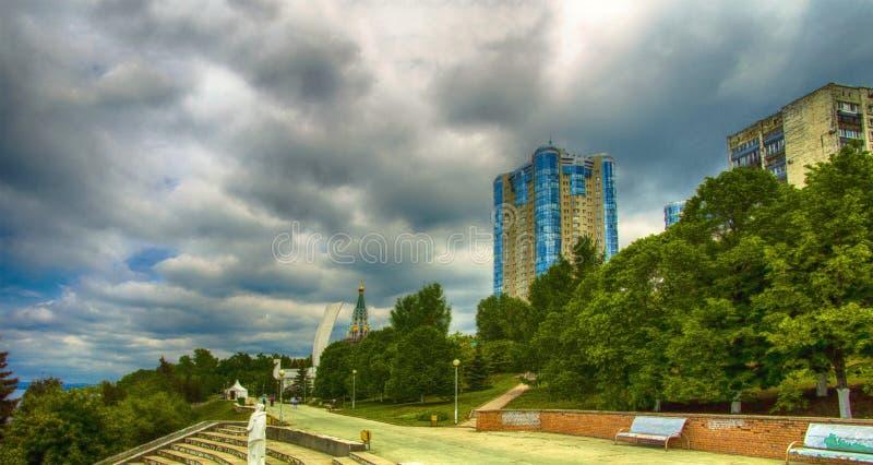 SAMARA RYSSLAND - MAJ 21: Dagsikt av lägenhetskomplexet Ladya arkivfoton