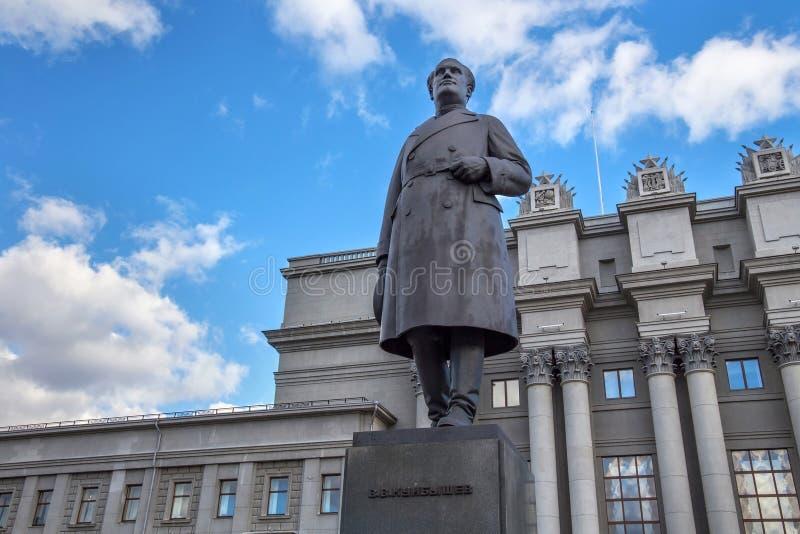 SAMARA RYSSLAND - OKTOBER 12, 2016: Skulptur av den sovjetiska politikern Valerian Kuibyshev royaltyfri bild