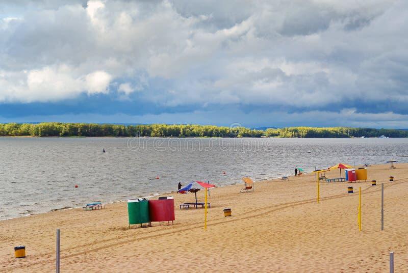 Samara stadsstrand på kusterna av Volgaet River på den molniga dagen för regn arkivbilder