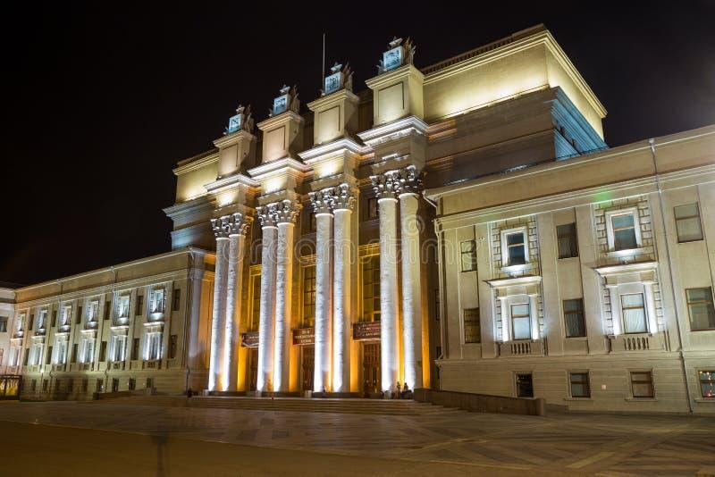 Samara State Opera Theater namngav vid Kuibishev på natten royaltyfri foto