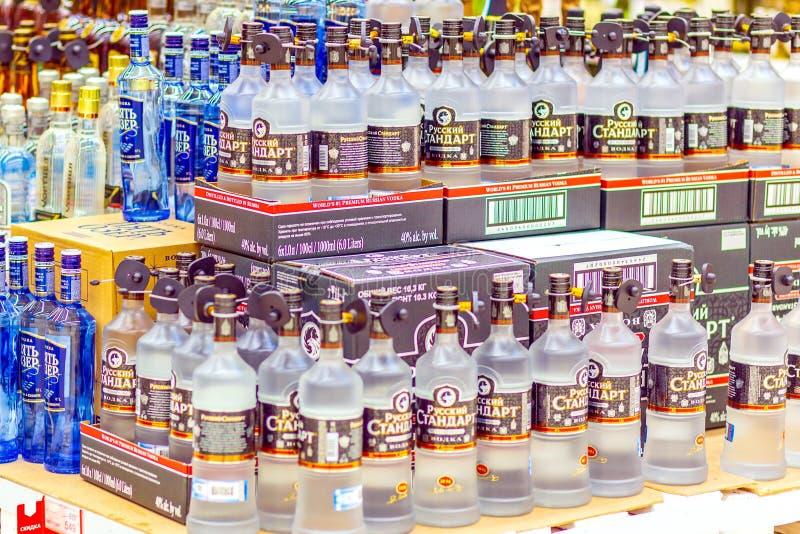 Samara, Stycze? 2019: Butelki z elity alkoholem dla sprzeda?y Tekst w rosjaninie: Rosyjski standard, ajer?wka obraz stock